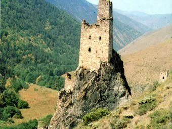 Родовая башня XVII века в горах Чечни